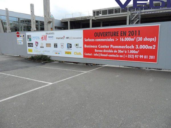 affiche sur chantier: surface commerciale