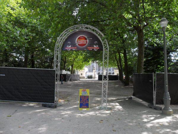 portail avec bâche festival